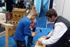 Kinder bauen Nistkästen